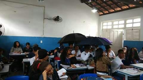 Os alunos são obrigados a assistirem aulas com guardas-chuvas