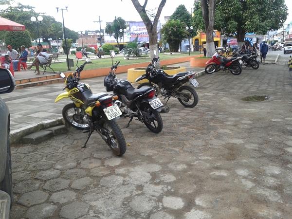 O estacionamento na praça que deviria ser para os carros está sento tomado por motos