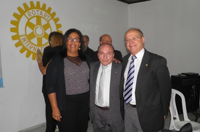 O novo presidente ladeado pela prefeita Suka e o deputado, Roberto Brito