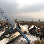 AVIÃO CAI EM AEROPORTO DO NEPAL E DEIXA DEZENAS DE MORTOS