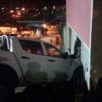 AURELINO LEAL: CARRO DESGOVERNADO INVADE RESIDÊNCIA E ATINGE AVÓ  E NETO