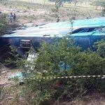 ÔNIBUS DE TURISMO QUE SAIU DE SALVADOR CAI DE  RIBANCEIRA E DEIXA 02 MORTOS E 32 FERIDOS