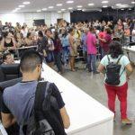 APÓS 3 DIAS, SERVIDORES DESOCUPAM PLENÁRIO DA CÂMARA DE ITABUNA
