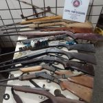 MARAÚ: POLICIA AMBIENTAL APREENDE 13 ARMAS DE FOGO EM ACAMPAMENTO DE CAÇADORES NA ZONA RURAL