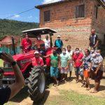 UBAITABA: DEPUTADO DO MDB ENTREGA TRATOR AGRÍCOLA PARA O ASSENTAMENTO N. S.  APARECIDA