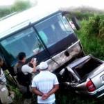 ACIDENTE COM ÔNIBUS DE TURISMO E CARRO DEIXA  05 MORTOS NA BAHIA
