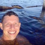 JOVEM TIRA FOTO COM ANACONDA EM RIO NO AMAZONAS E VIRA HIT NA INTERNET